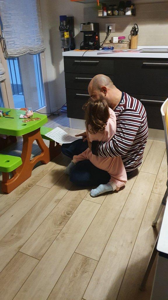 Giulia abbracciata al suo papà